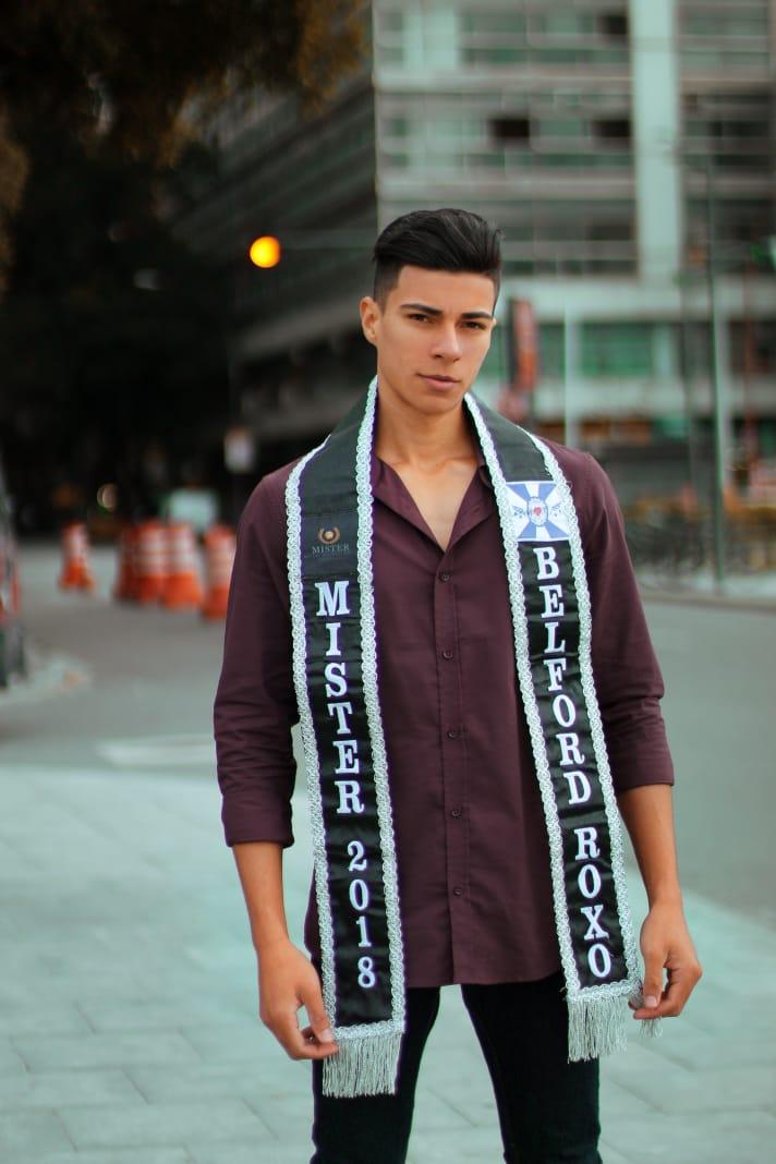 Estudante de enfermagem concorre ao título de homem mais bonito do Rio de Janieiro.