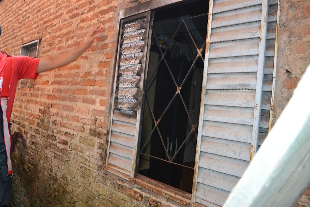 Bombeiros apagam incêndio em casa na região central de Paraíso (TO)