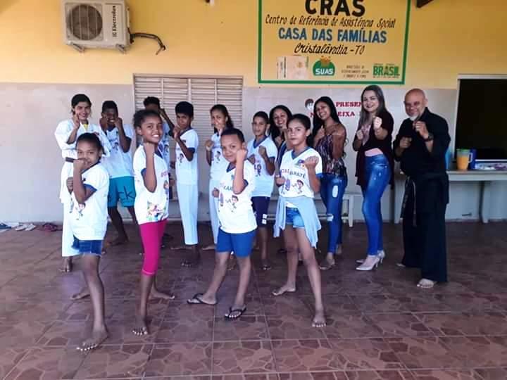 Participantes de projetos sociais de Cristalândia recebem uniformes