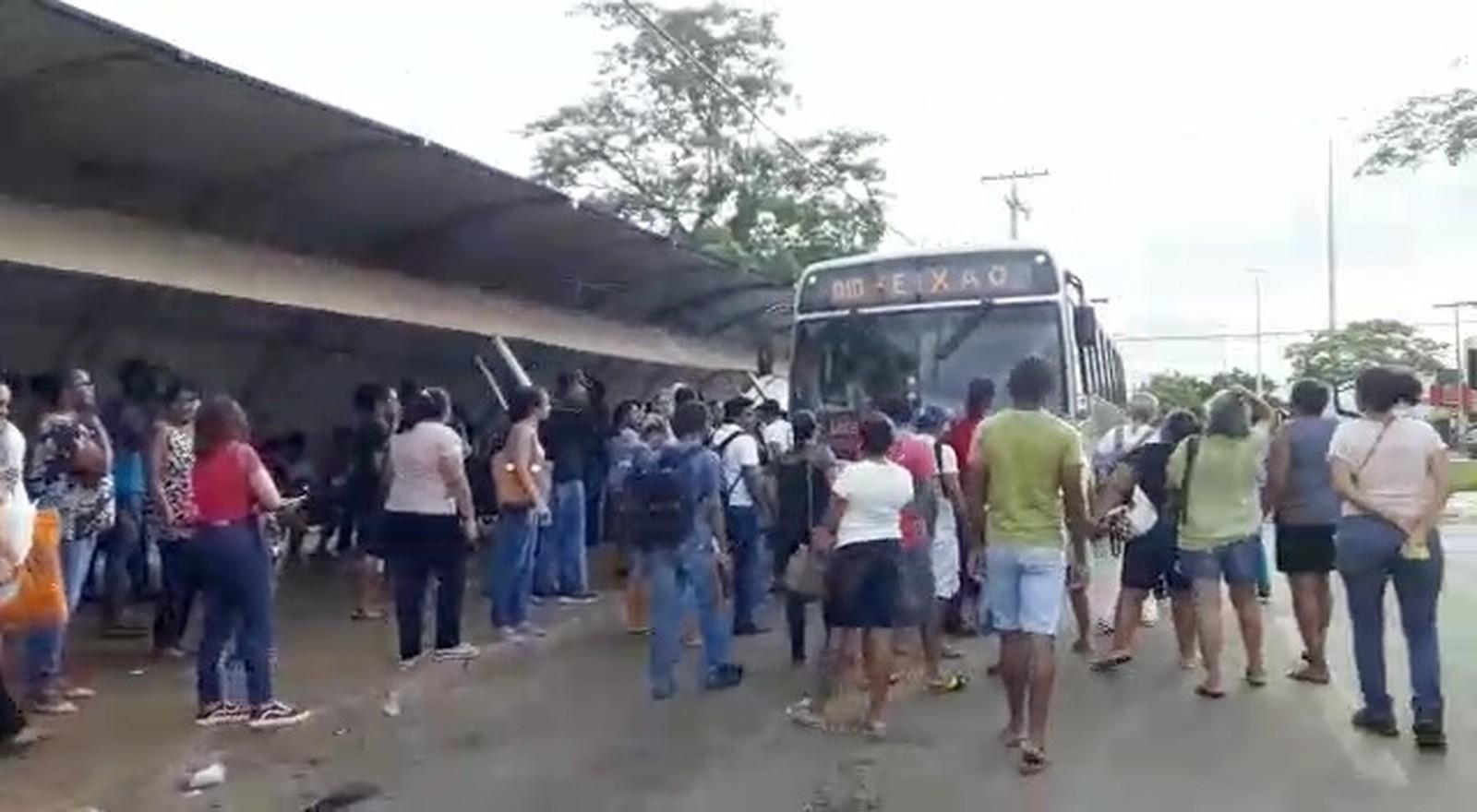 Moradores se revoltam e bloqueiam avenida por causa da falta de ônibus em Palmas