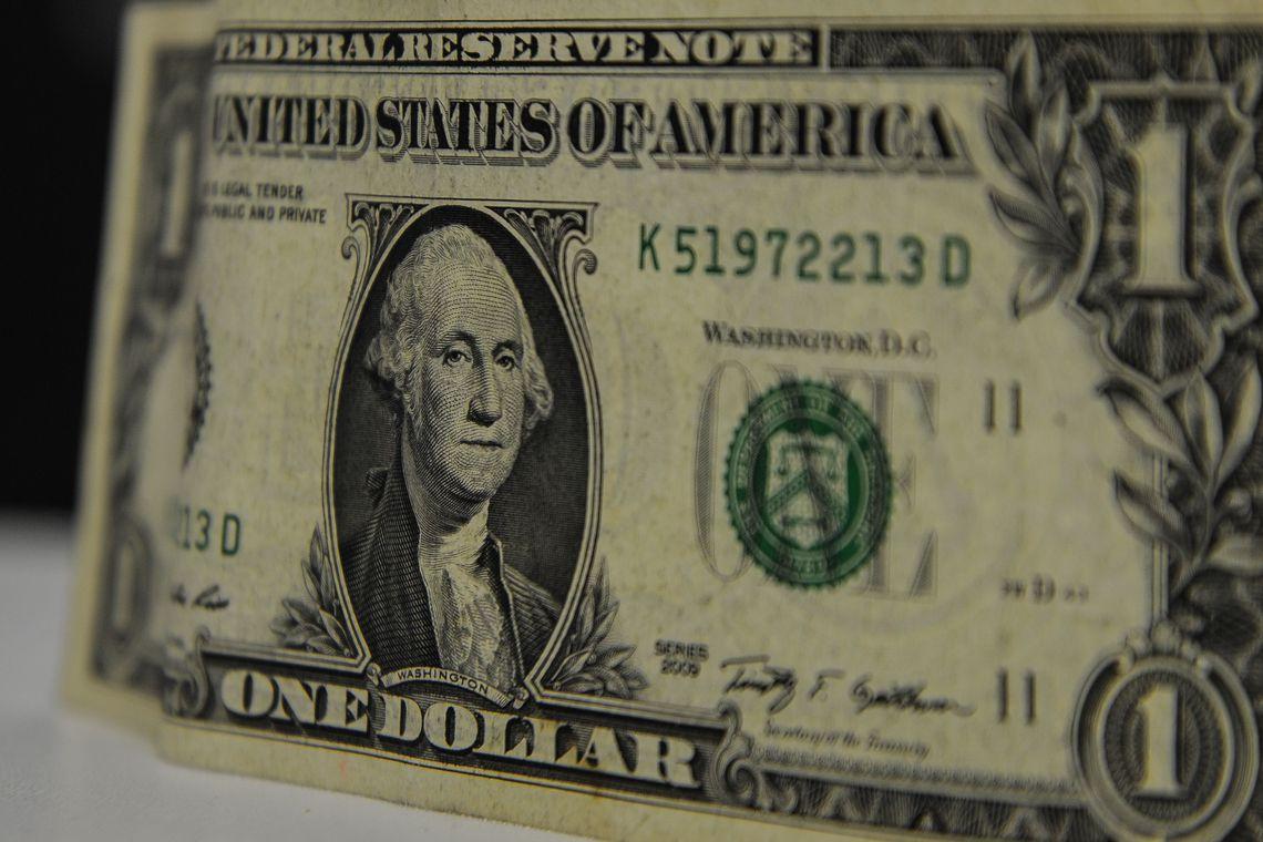 Dólar abre em queda após atingir menor patamar desde abril