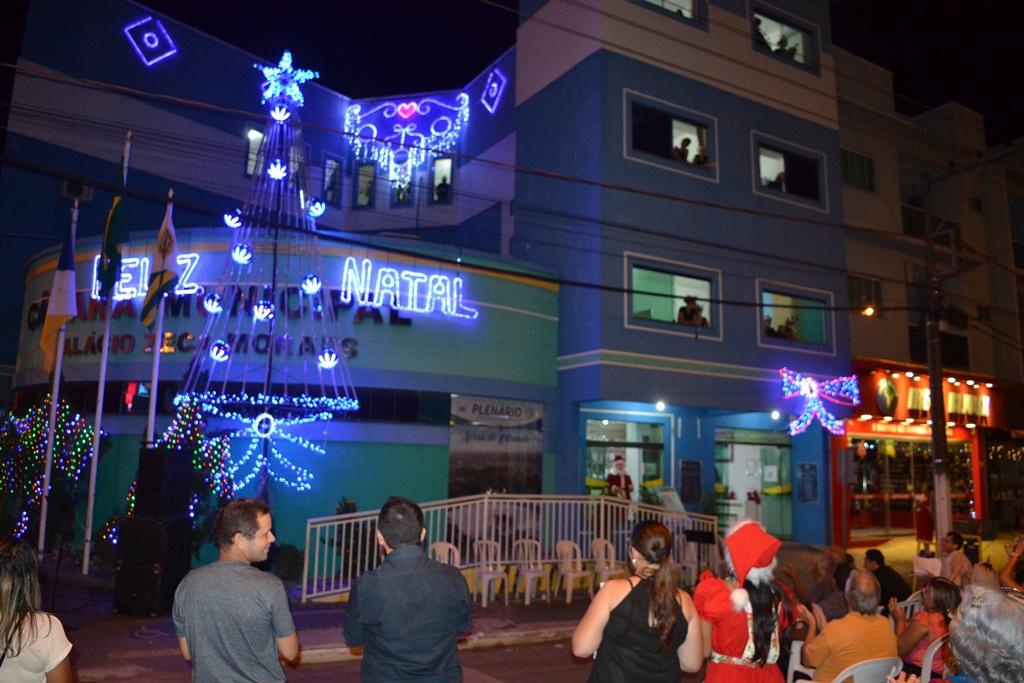 Câmara Municipal de Paraíso inaugura decoração de natal com cantata em plena Avenida Bernardo Sayão