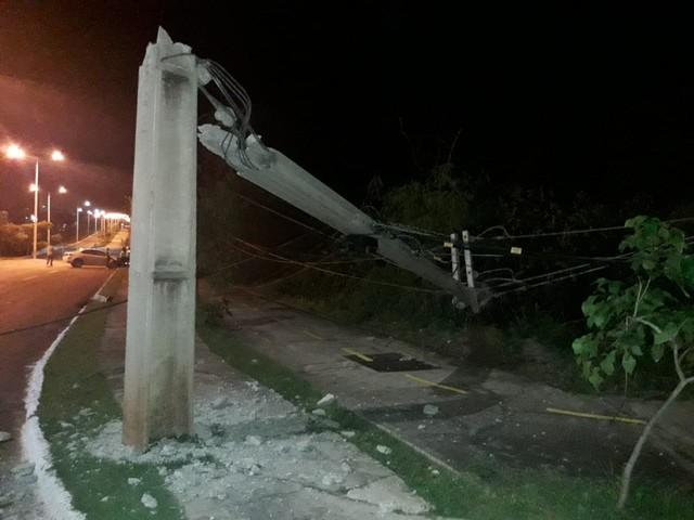 Carro derruba poste e deixa quadras do centro de Palmas sem energia