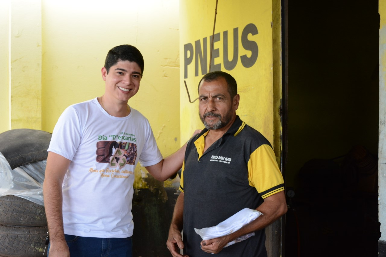 """Vice-prefeito Celso Morais visita borracharias em Dia """"D"""" da campanha de recolhimento de pneus"""
