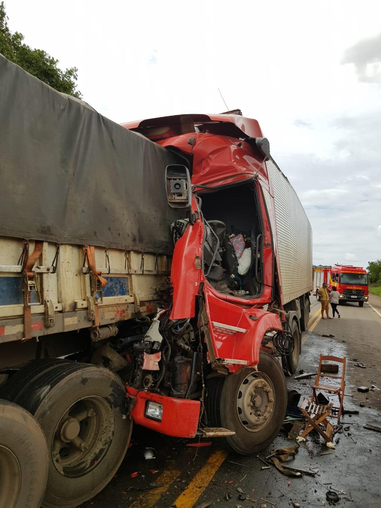 Motorista morre em engavetamento de caminhões na BR-153