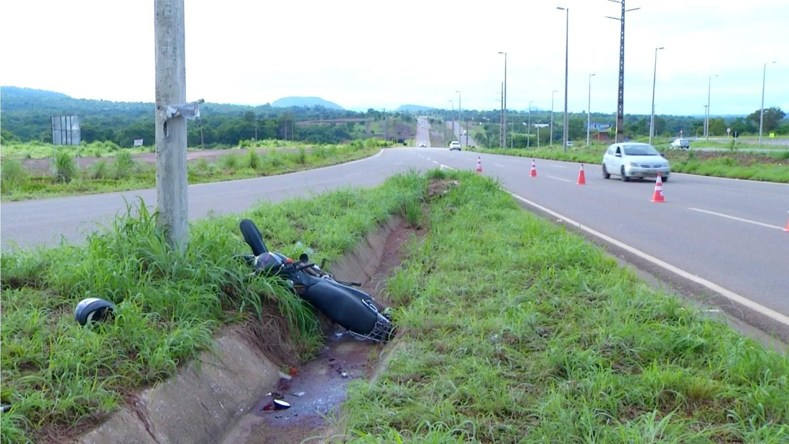 Motociclista que voltava do trabalho morre após atingir poste na BR-010