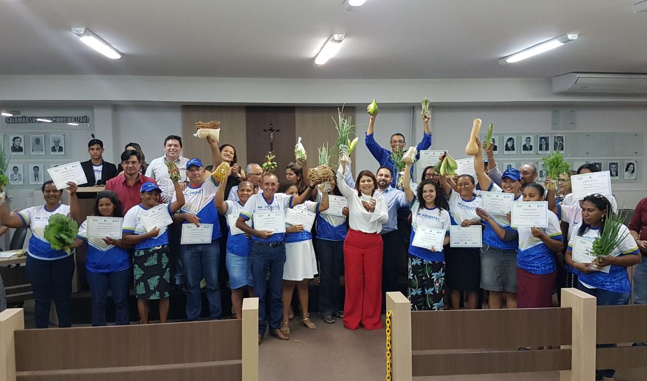 Formandos comemoram conquista de certificados em cursos profissionalizantes