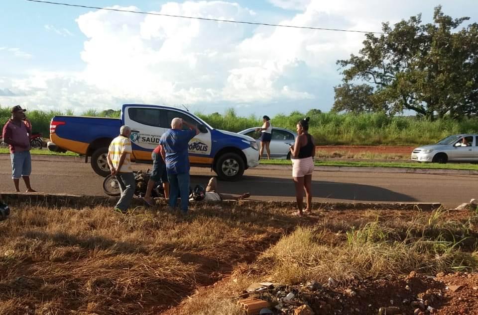 Motociclista de 84 anos bate em carro da Saúde de Divinópolis