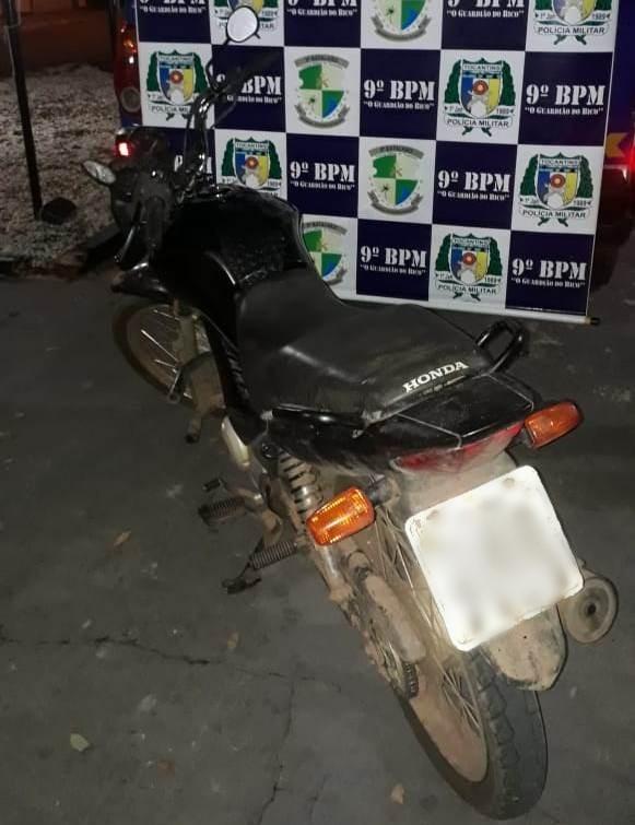 Homem é preso e moto com registro de furto/roubo é apreendida pela PM na Vila Tocantins