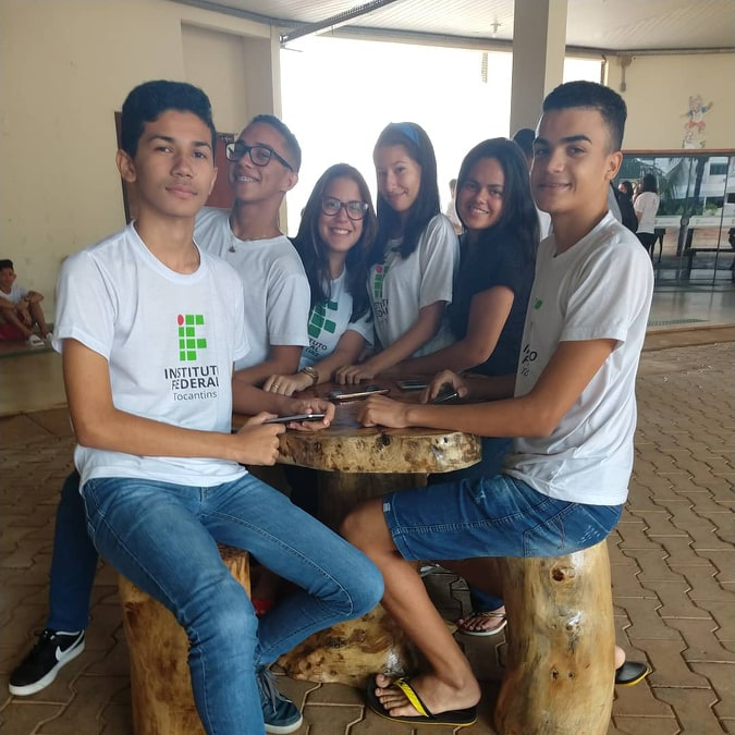 IFTO Campus Paraíso transforma troncos de árvores em bancos e mesas para espaço de convivência de estudantes