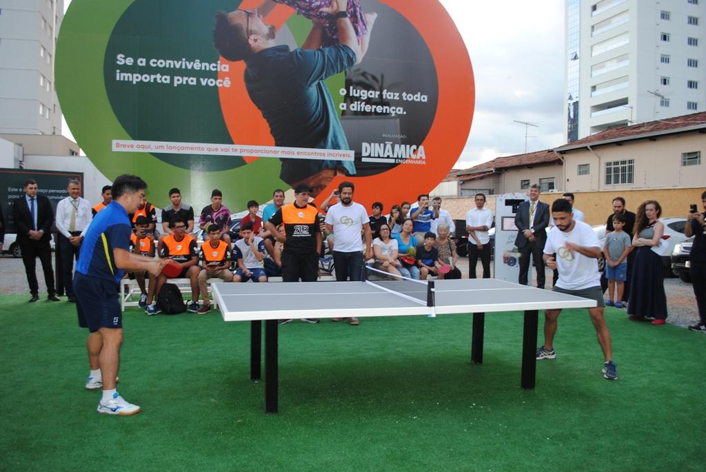 Medalhista Hugo Hoyama inaugura praça dedicada à prática de pingue-pongue