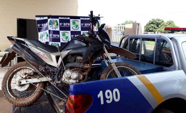 Homem é preso pela PM com motocicleta suspeita de adulteração e posse ilegal de arma de fogo em Buriti (TO)