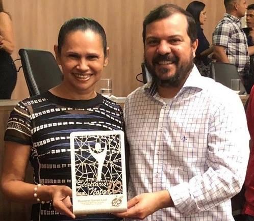 """Secretária de Saúde, Rosirene Leal, é homenageada com prêmio """"Secretário Nota 10"""""""