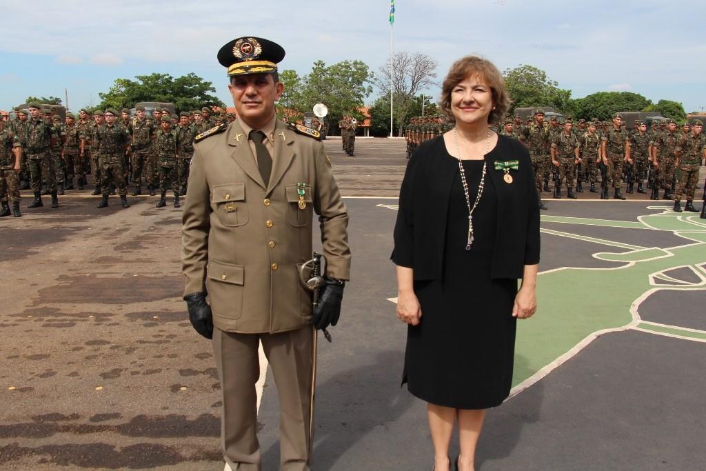 Comandante da PM TO recebe medalha do Exército em solenidade no 22º BI