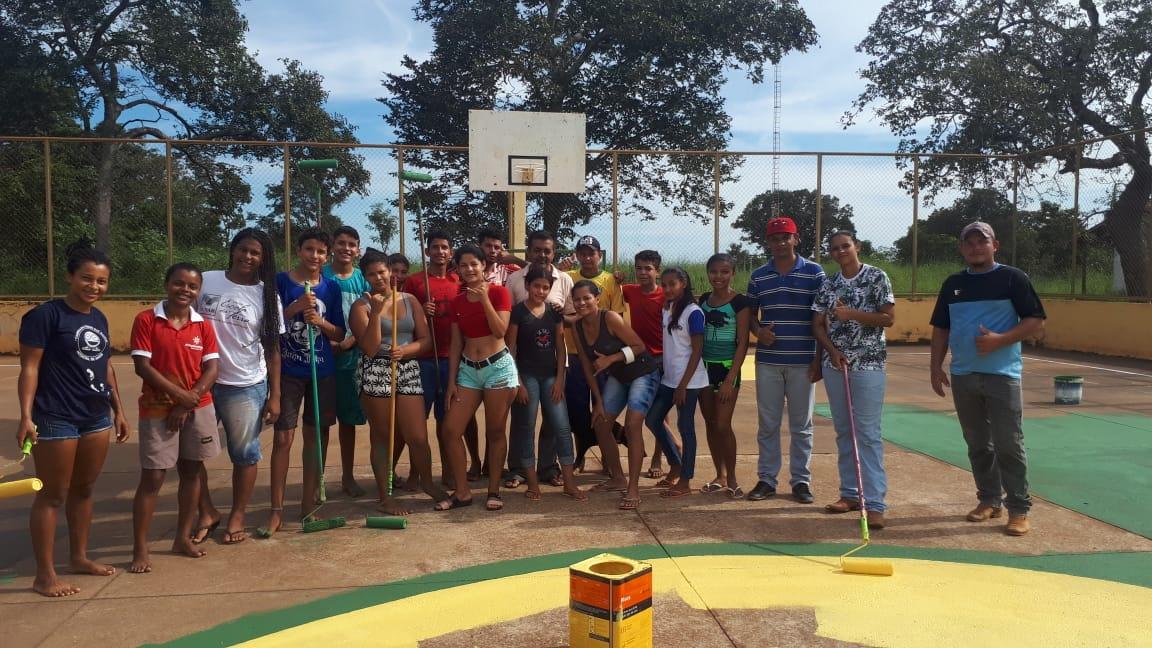 Jovens do Assentamento Manchete realizam pintura da quadra de esportes