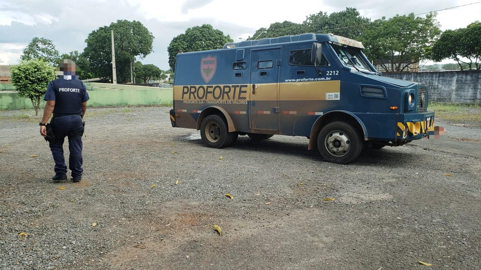 Seguranças ficam feridos após criminosos perseguirem carro-forte em rodovia no Tocantins
