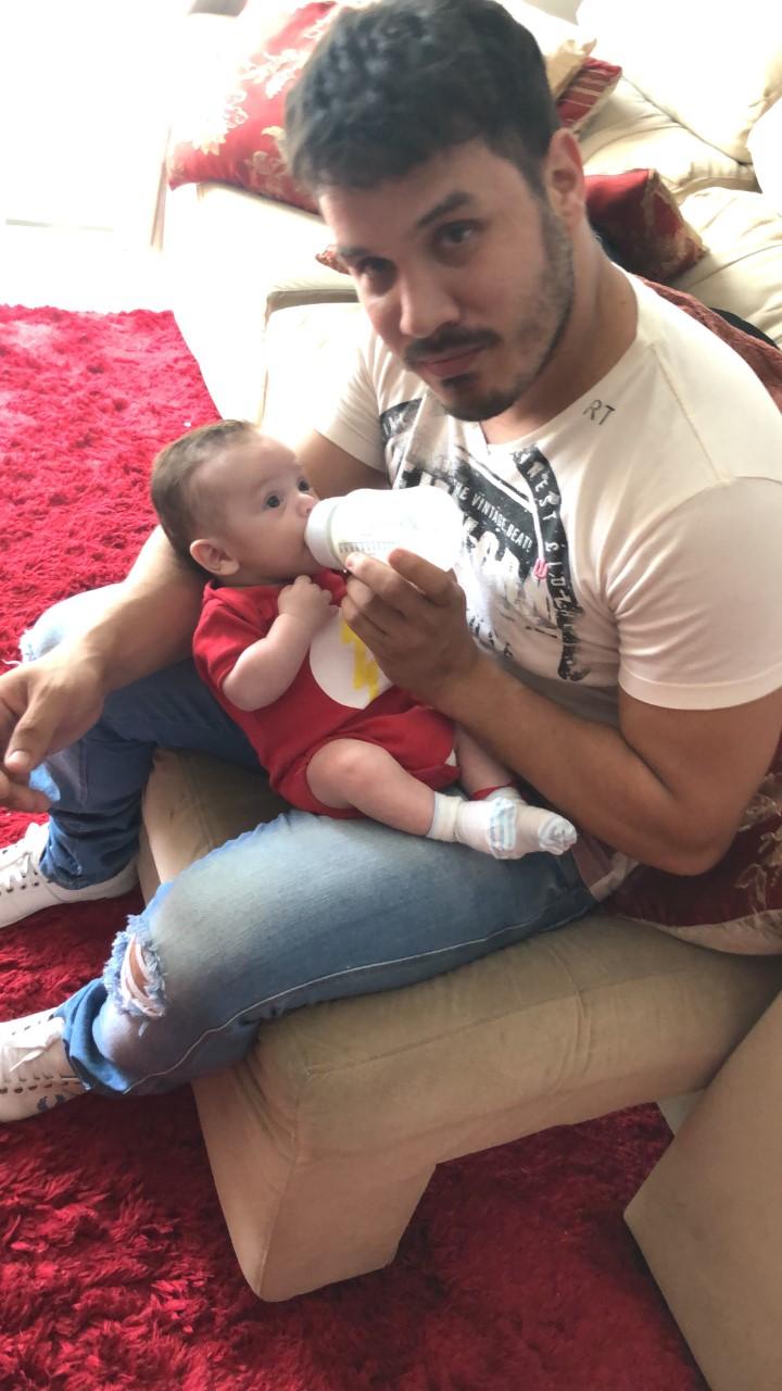 Sertanejo quebra a internet ao dar mamadeira para o filho
