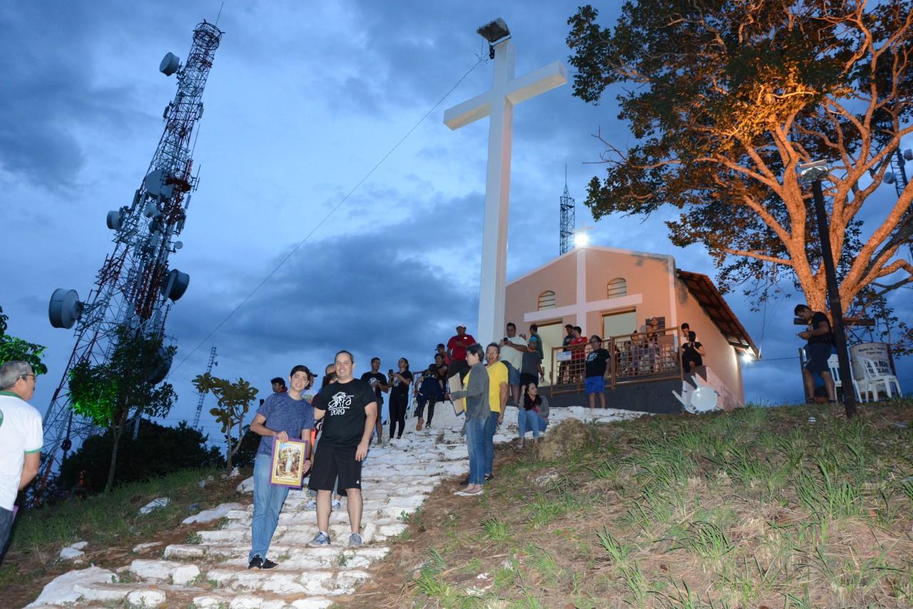Católicos madrugam no alto da Serra do Estrondo e participam de procissão da Via Sacra