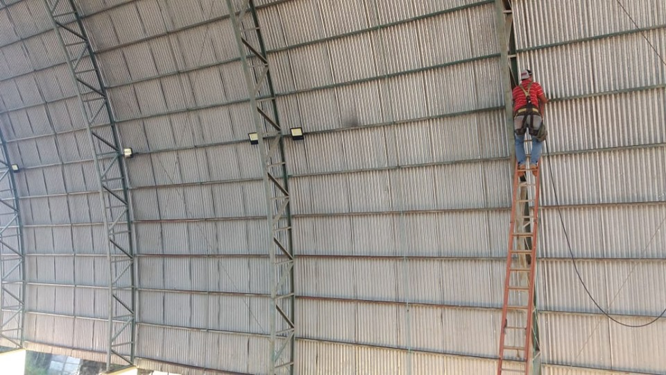 Secretaria de Esportes de Marianópolis faz troca de lâmpadas do ginásio poliesportivo