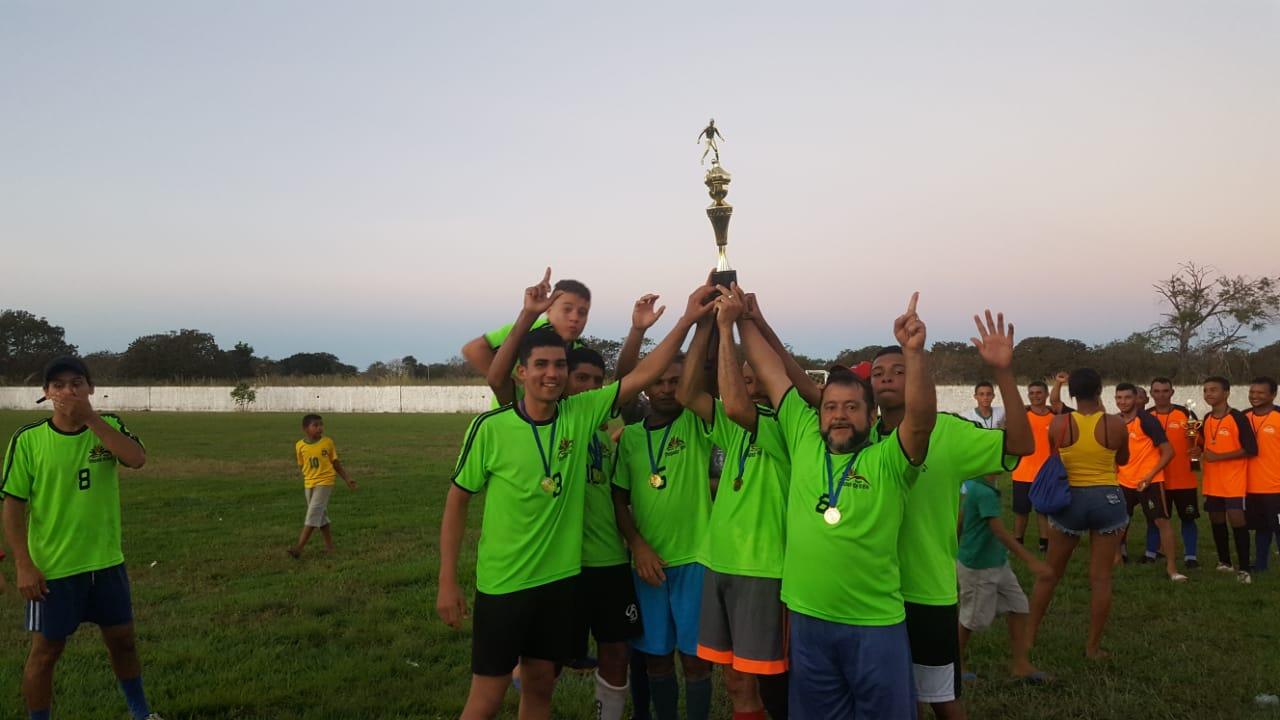 Campeonato de futebol society de Chapada de Areia premia equipe campeã