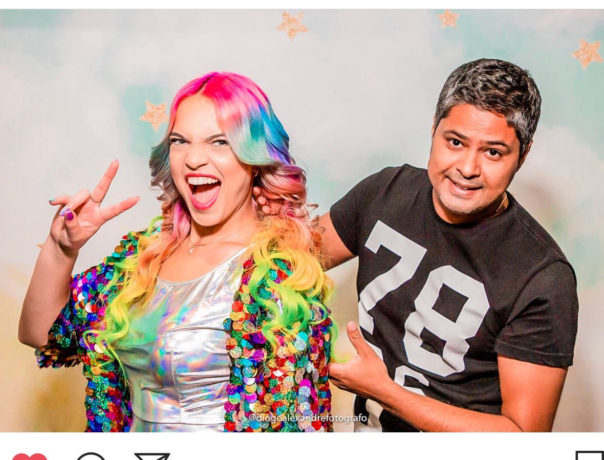 Conheça o hairstylist por trás dos cabelos coloridos da Anna Layza