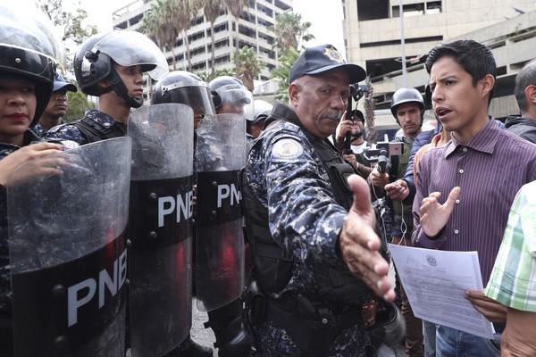 Juan Guaidó desafia Maduro com marcha em direção a quartéis na Venezuela e pede manifestação sem confronto