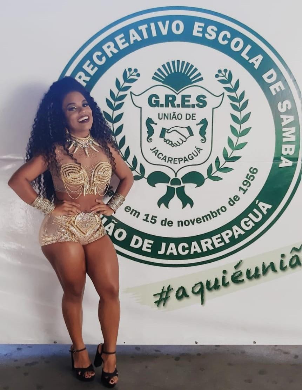 Rainha de Bateria, Caroline Lima exibe boa forma em evento de samba