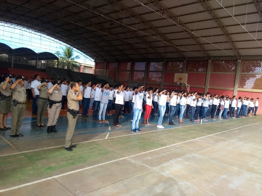Parceria entre PM e escola leva momento cívico e roda de conversa para cerca de 750 alunos da região sul da capital