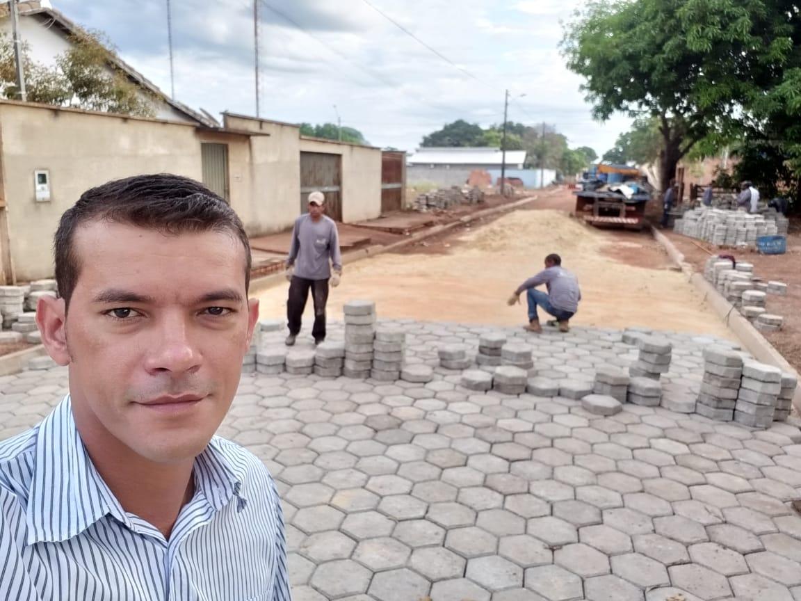 Prefeito Isaias Piagem vistoria obra de calçamento de ruas de Marianópolis