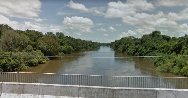 Bombeiros fazem buscas por adolescente desaparecido em rio