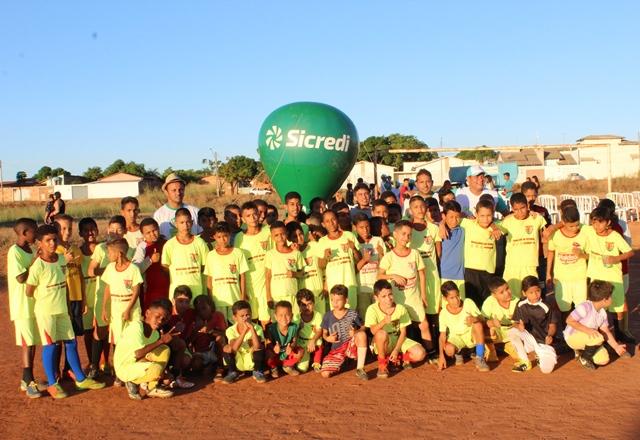 Com apoio do Sicredi mais de 100 crianças do Aureny III recebem materiais esportivos