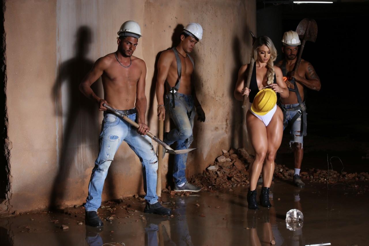 Em um ensaio fotográfico diferenciado, a musa fitness Vivi Winkler, parou uma obra no Rio de Janeiro