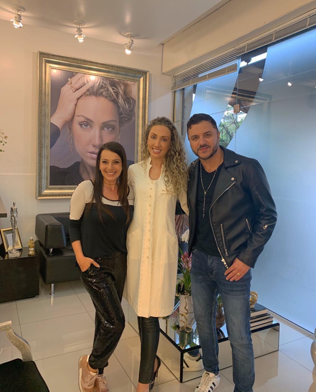 Maurício Manieri passa tarde em clínica luxuosa de beleza