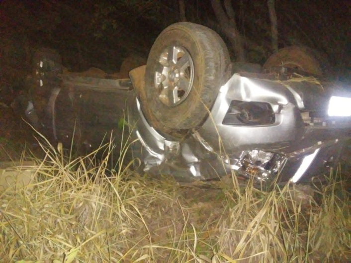 Carro capota na BR-153 após motorista tentar desviar de caminhão