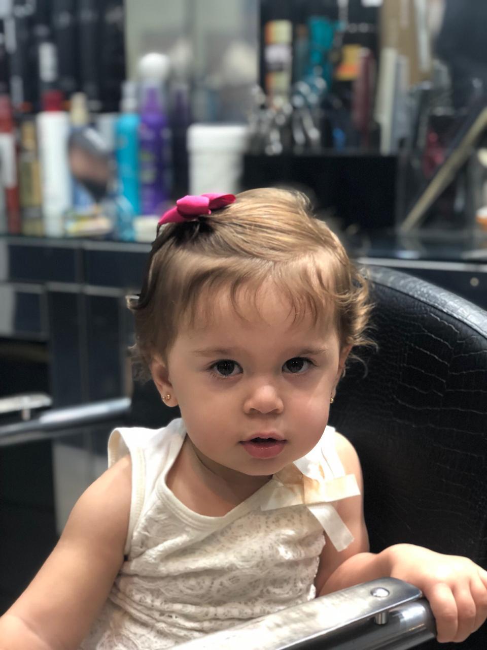 Filha da apresentadora Karol Veiga corta o cabelo pela 1ª vez