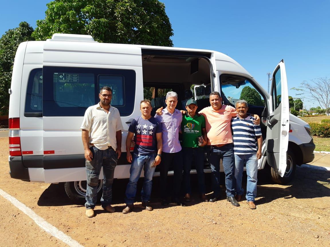 Saúde de Dois Irmãos do Tocantins recebe nova van para transporte de pacientes