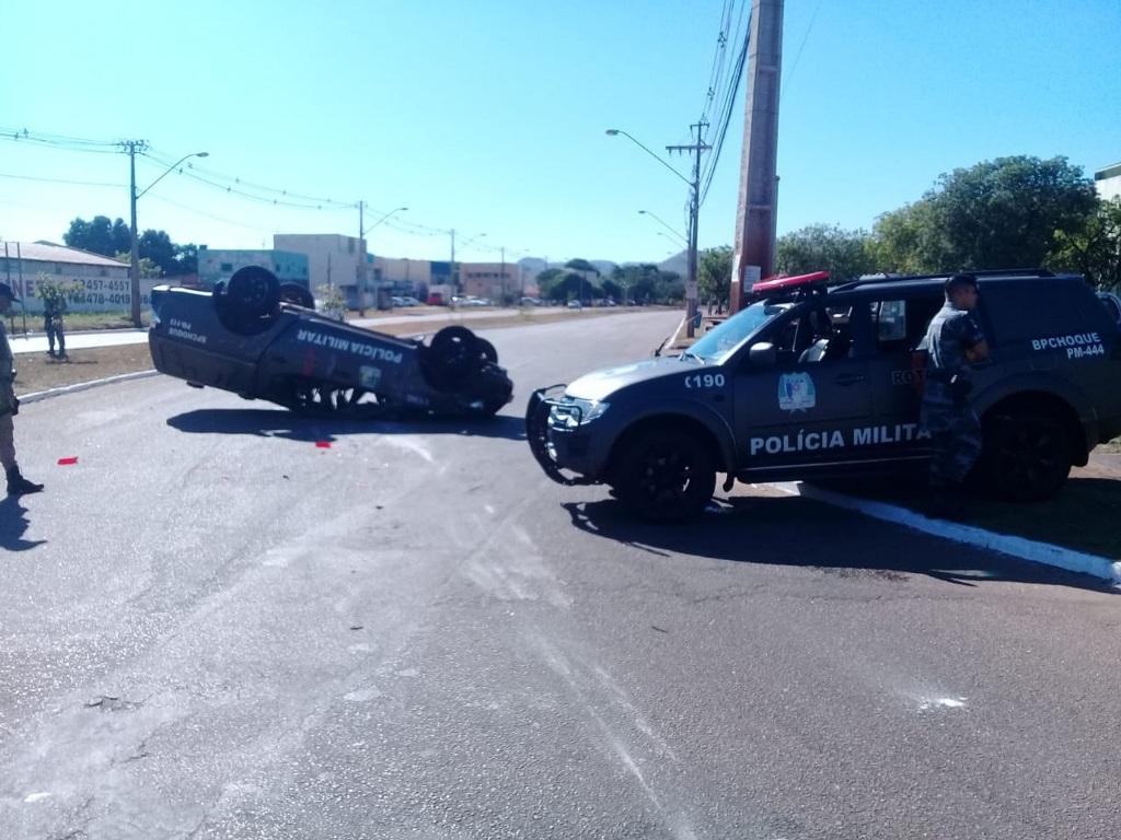 Viatura da Polícia Militar capota na saída de rotatória em Palmas