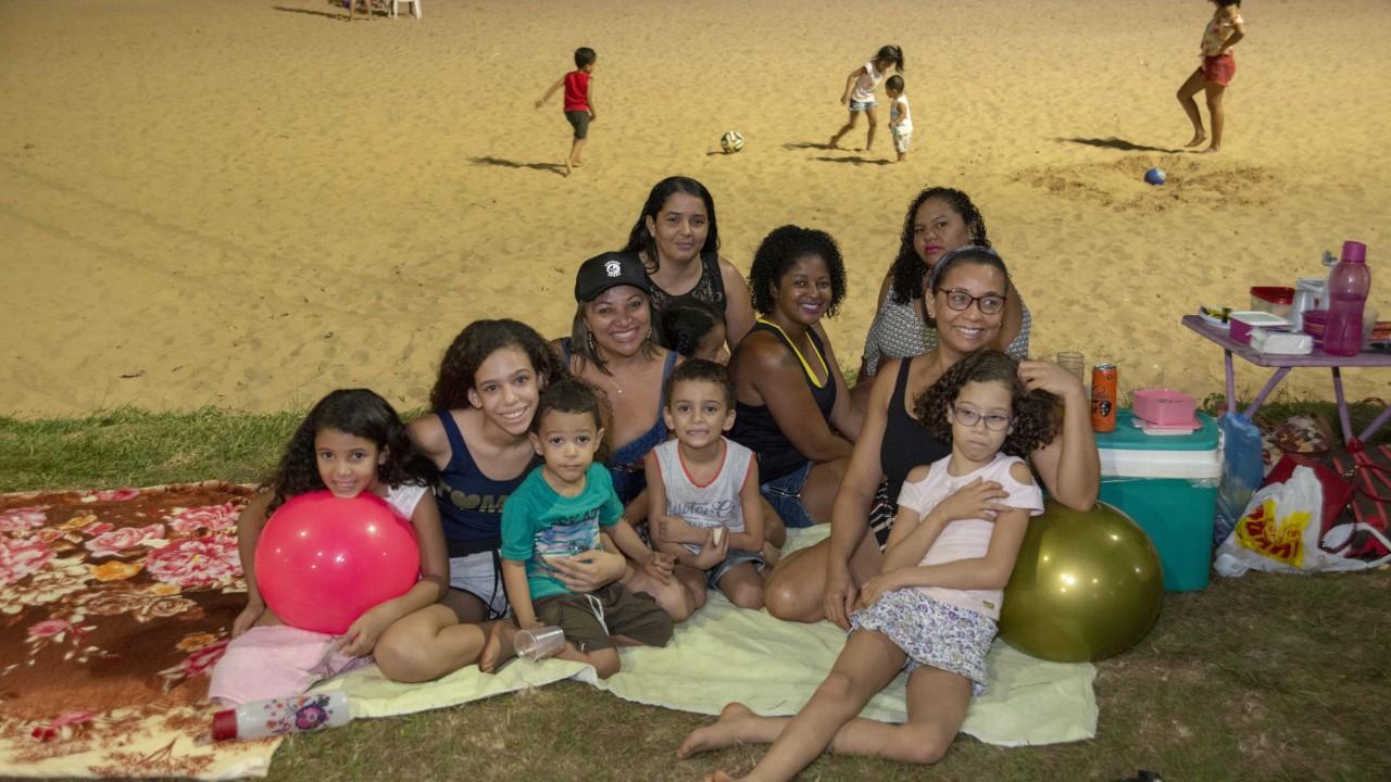 Palmenses e turistas curtem a noite na Praia da Graciosa com piqueniques e festas