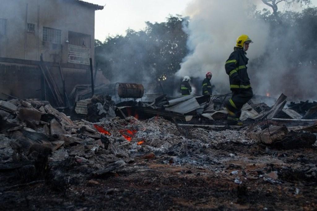Incêndio destrói depósito de equipamentos e materiais para construção