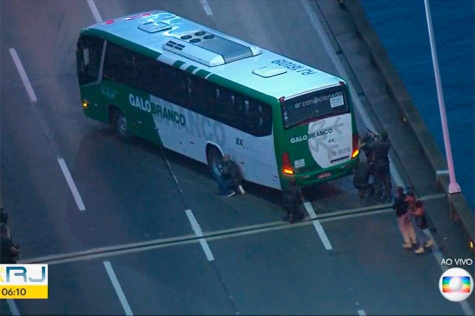 Sequestrador de ônibus na Ponte Rio-Niterói é morto pela polícia do Rio, diz Witzel