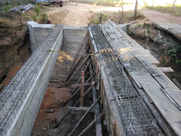 Prefeito de Dois Irmãos acompanha construção de ponte sobre o Rio Surubim