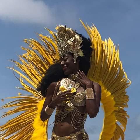 Atriz e professora de samba, Simone Michele é  apaixonada pela cultura brasileira e pelo carnaval