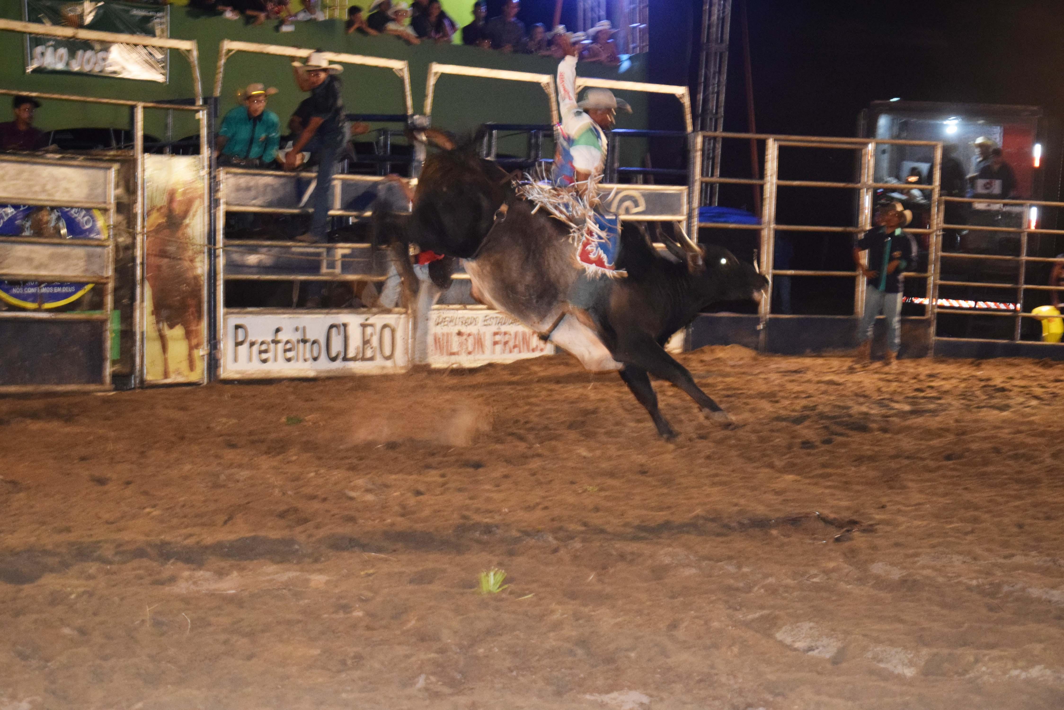 Segunda noite da Festa do Peão de Monte Santo tem abertura do Rodeio e show com Sky Love do Forró