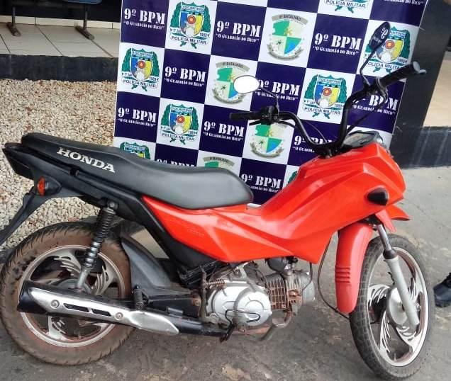 Homem é preso pela PM em Araguatins, acusado de receptação de moto furtada/roubada