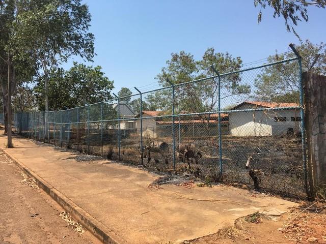Fogo atinge lote de escola desativada na região sul da capital