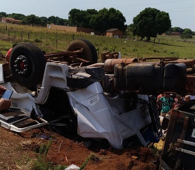 Caminhão carregado com soja tomba e deixa um morto e um ferido em Formoso do Araguaia