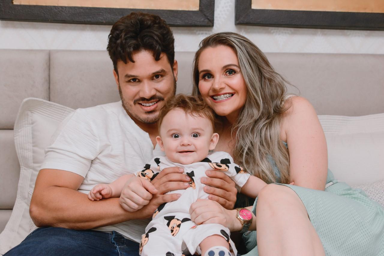 Sertanejo faz ensaio fotográfico para celebrar 7 meses do seu filho