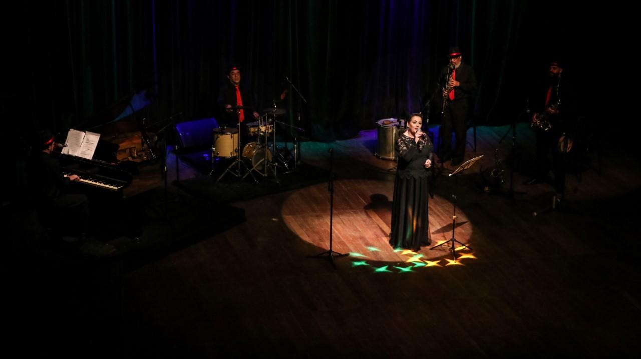 Musical 'A Hora do Ary', da cantora Mara Rita, está de volta ao Theatro Fernanda Montenegro