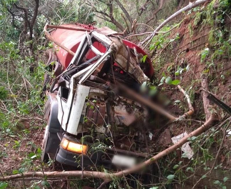 Motorista morre após caminhão-pipa cair em ribanceira da TO-030, na serra de Taquaruçu