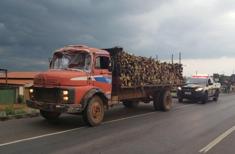 PRF apreende carga ilegal de madeira na BR-153, próximo a Miranorte TO